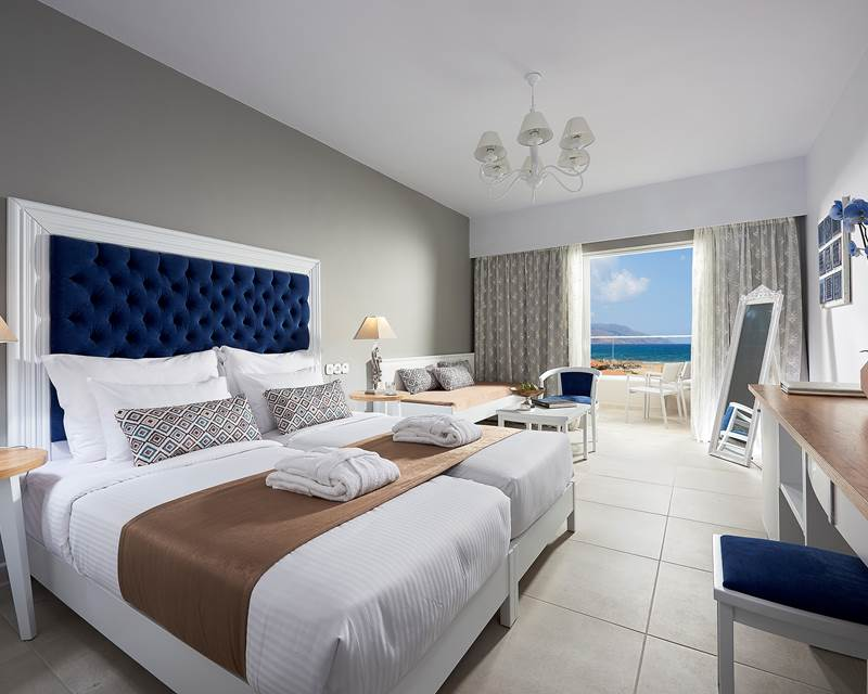 DELUXE DOUBLE ROOM WITH SIDE-VIEW OF THE SEA